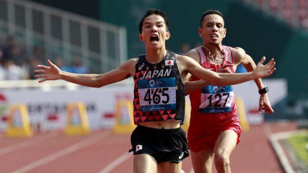 Il giapponese Hiroto Inoue precede Elhassan Elabbassi del Bahrein sul traguardo della maratona dei Giochi Asiatici a Giacarta