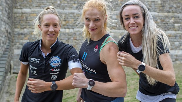 Emma Pallant (triathlon), Annie Thorisdottir (crossfit) e Eilish McColgan (atletica) con il nuovo Vantage V