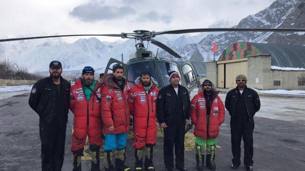 Alex Txikon e il team di soccorso prelevato al campo base del K2