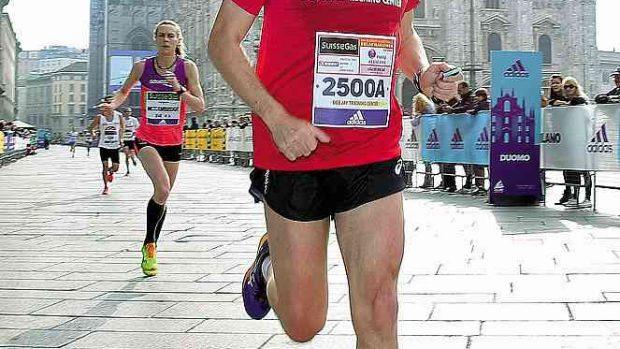 Stefano Baldini in piazza del Duomo a Milano questa mattina durante la 16° edizione della SuisseGas Milano Marathon, 3 aprile 2016. ANSA / MATTEO BAZZI