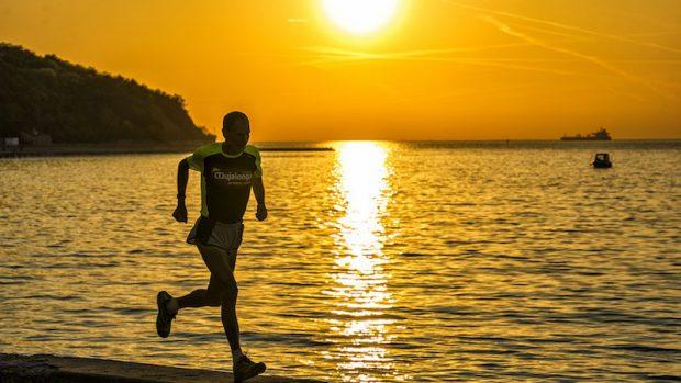 Marco Olmo corre al tramonto sul lungomare di Muggia